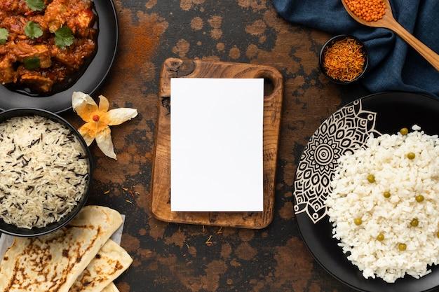 Vista superior de variedade de comida indiana