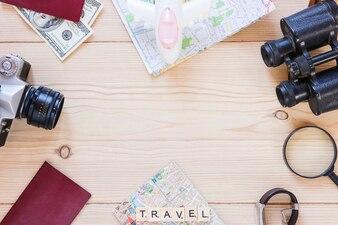 Vista superior de vários acessórios de viajante em pano de fundo de madeira