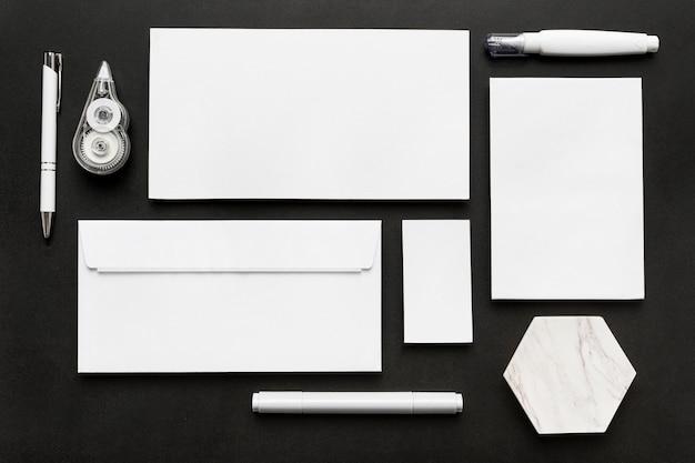 Vista superior de vários documentos e itens de papelaria de mesa
