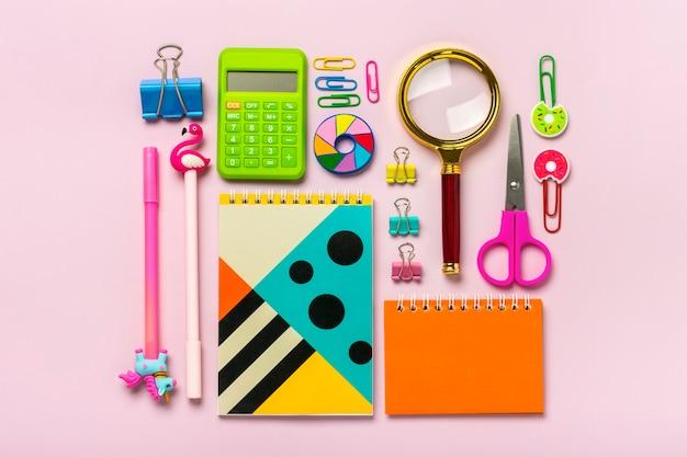 Vista superior de vários materiais escolares