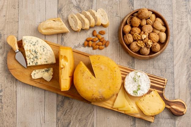 Vista superior de vários queijos com nozes