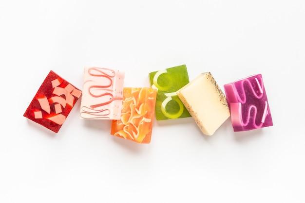 Vista superior de vários sabonetes artesanais coloridos. cuidados de saúde e proteção orgânicos.