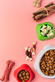 Vista superior de vários tipos de alimentos secos e guloseimas para cães