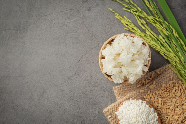 Vista superior de vários tipos de produtos de arroz no chão escuro