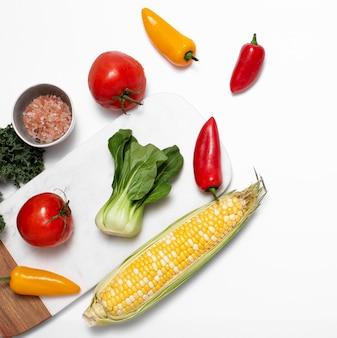 Vista superior de vegetais com sal