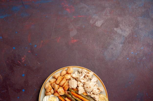 Vista superior de vegetais cozidos com farinha de ovo em espaço roxo-escuro