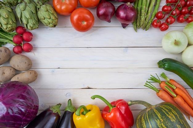 Vista superior de vegetais crus para cartazes e menus de comida saudável.