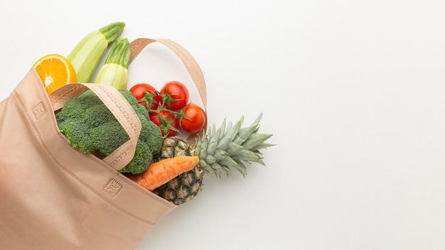 Vista superior de vegetais e frutas na sacola