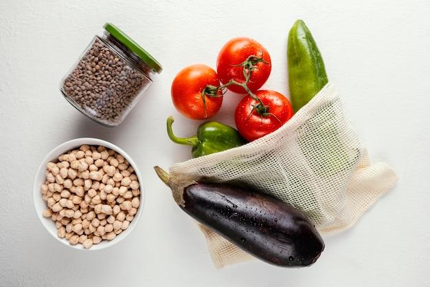Vista superior de vegetais em saco de pano