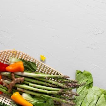 Vista superior de vegetais em toalha de cozinha com cópia-espaço