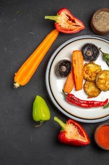 Vista superior de vegetais, especiarias coloridas, cenouras, pimentas, vegetais, assados