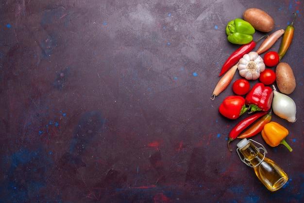Vista superior de vegetais frescos com azeite de oliva em fundo escuro refeição ingrediente vegetal