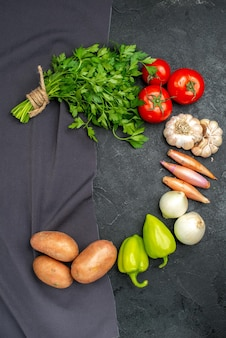 Vista superior de vegetais frescos com verduras em preto