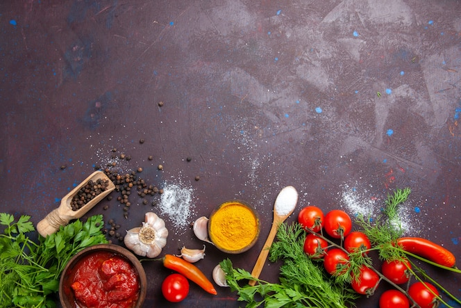 Vista superior de vegetais frescos com verduras no espaço escuro