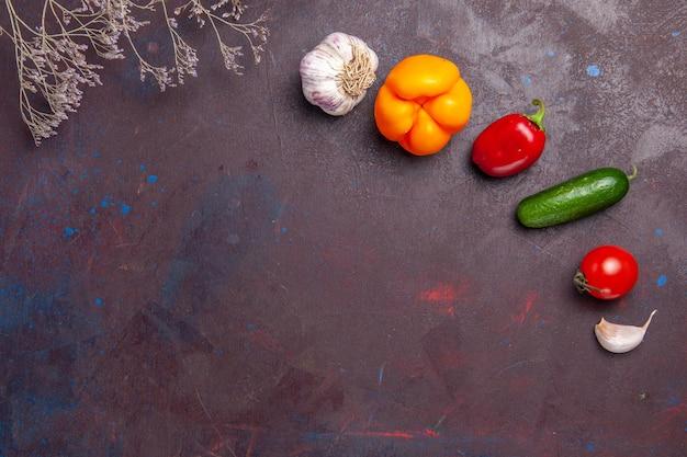 Vista superior de vegetais frescos maduros em uma superfície escura