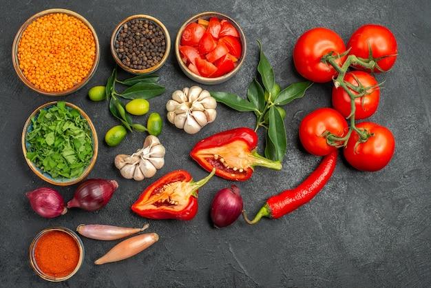 Vista superior de vegetais, lentilha, especiarias, ervas, frutas cítricas, com, folhas, tomate, pimenta, pimenta