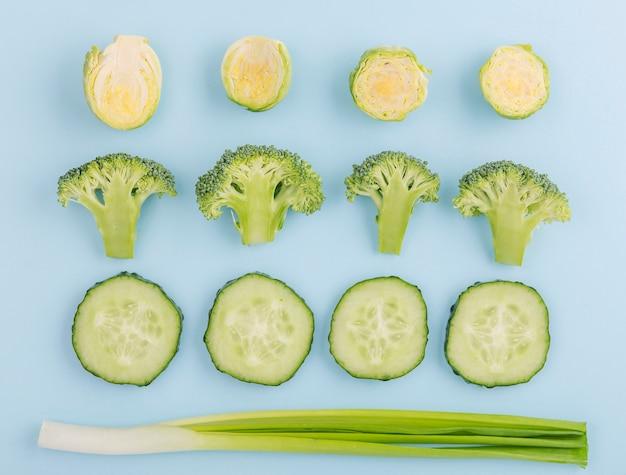 Vista superior de vegetais orgânicos em cima da mesa