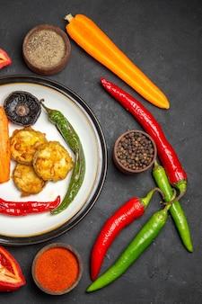 Vista superior de vegetais, pimenta, temperos coloridos, cenoura, legumes assados