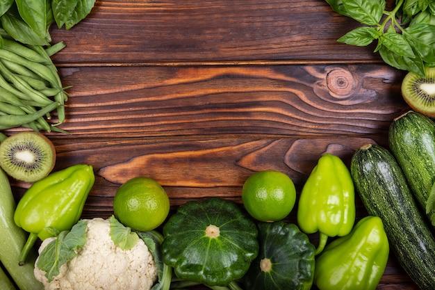 Vista superior de vegetais verdes ingredientes frescos para cozinhar
