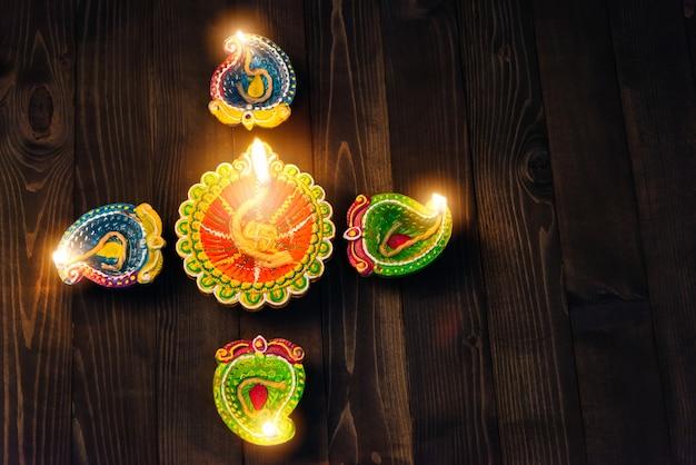 Vista superior de velas acesas por diwali