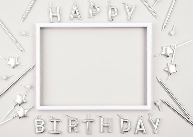 Vista superior de velas de aniversário com moldura branca