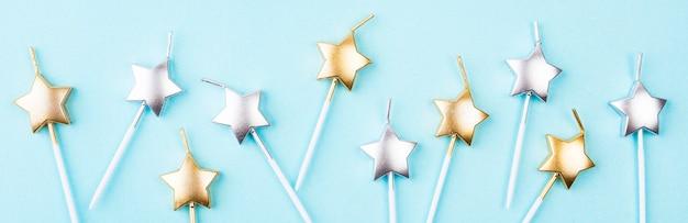 Vista superior de velas de aniversário em forma de estrela