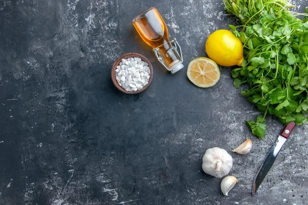 Vista superior de verduras frescas com alho em fundo cinza