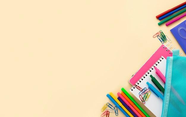 Vista superior de volta aos artigos de papelaria da escola com lápis coloridos e espaço de cópia