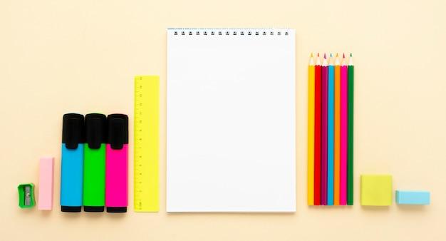 Vista superior de volta aos artigos de papelaria da escola com lápis e cadernos