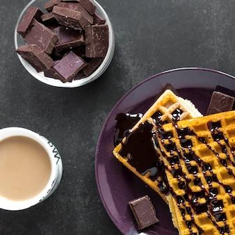 Vista superior de waffles com chocolate e café