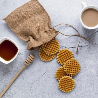 Vista superior de waffles redondos com saco de aniagem e café