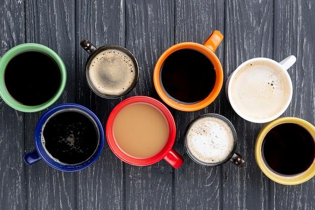 Vista superior de xícaras de café na mesa de madeira