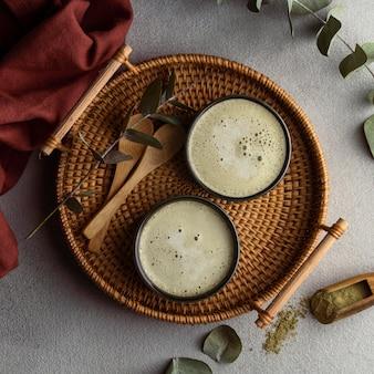 Vista superior de xícaras de chá e ervas
