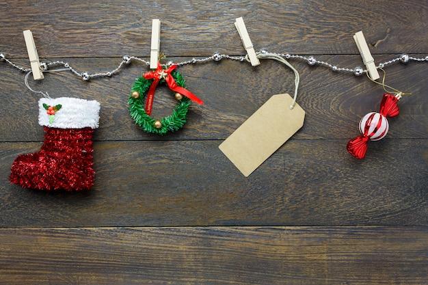Vista superior decoração de natal e corda de roupa de jóias em fundo de mesa de madeira com espaço de cópia.