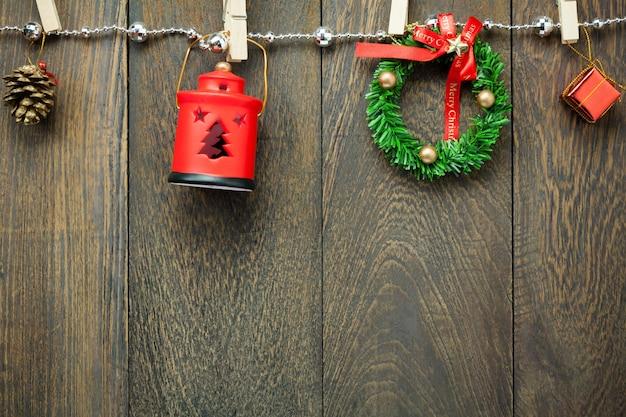 Vista superior decoração de natal, lâmpada e jóias varal em fundo de mesa de madeira com espaço de cópia.