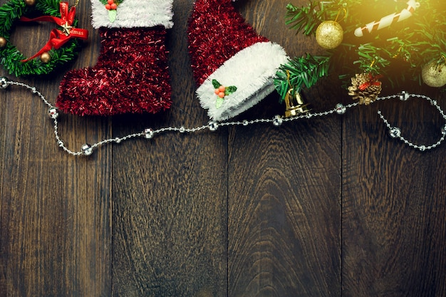 Vista superior decoração de natal, varal de jóias em fundo de mesa de madeira com espaço de cópia.