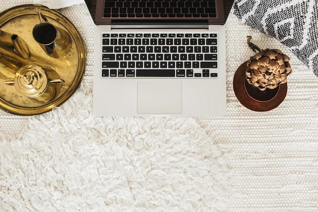 Vista superior decorada laptop do espaço de trabalho da mesa do escritório em casa. conceito de negócios com estilo moderno e plano
