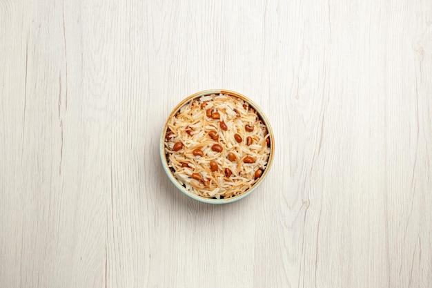 Vista superior deliciosa aletria cozida com feijão na refeição de mesa branca cozinhando prato de massa de feijão