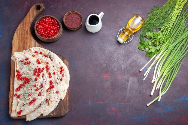 Vista superior deliciosa carne qutabs pitas com romãs vermelhas frescas em uma refeição de massa de fundo escura pita comida