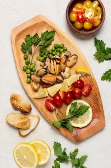 Vista superior deliciosa comida em uma placa de madeira