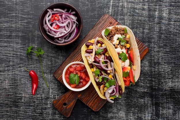 Vista superior deliciosa comida mexicana com cebola