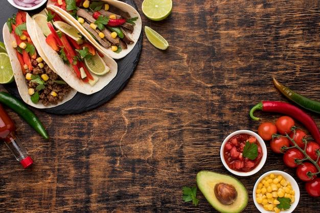 Vista superior deliciosa comida mexicana com espaço de cópia