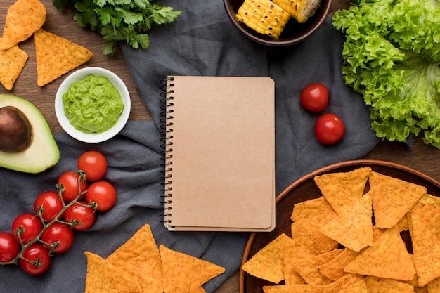Vista superior deliciosa comida mexicana com nachos com guacamole