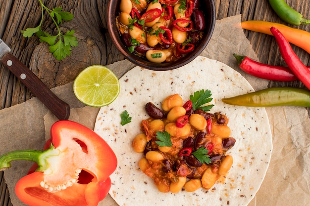 Vista superior deliciosa comida mexicana com pimenta