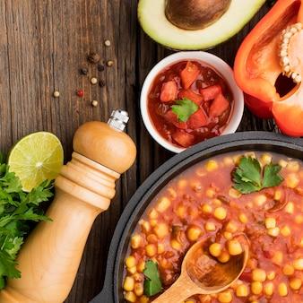 Vista superior deliciosa comida mexicana com salsa