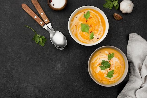 Vista superior deliciosa composição de sopa de outono com espaço de cópia