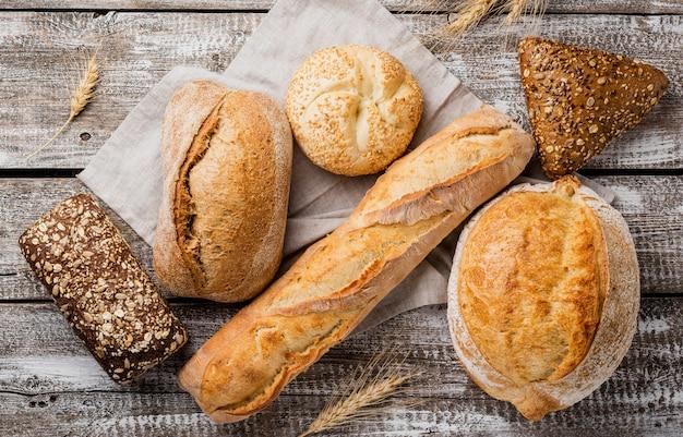 Vista superior deliciosa de pão branco e integral