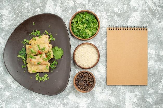 Vista superior deliciosa dolma de repolho consiste em carne moída com verduras no fundo branco jantar pimenta comida prato carne