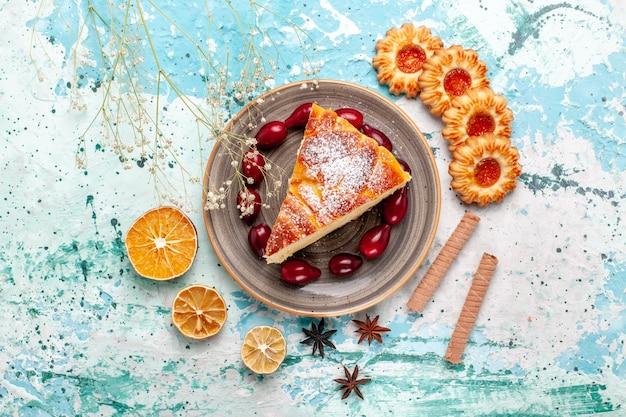Vista superior deliciosa fatia de bolo com biscoitos na superfície azul bolo assar torta biscoito doce