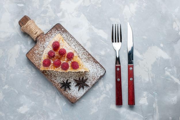 Vista superior deliciosa fatia de bolo com framboesas na mesa branca, biscoito doce, açúcar, assar